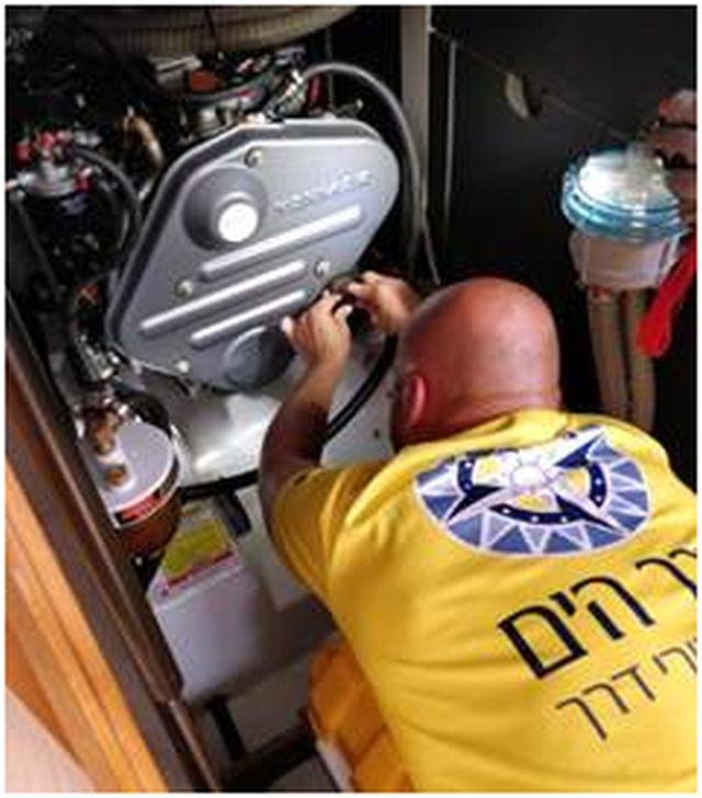 דודי מתקן את המנוע