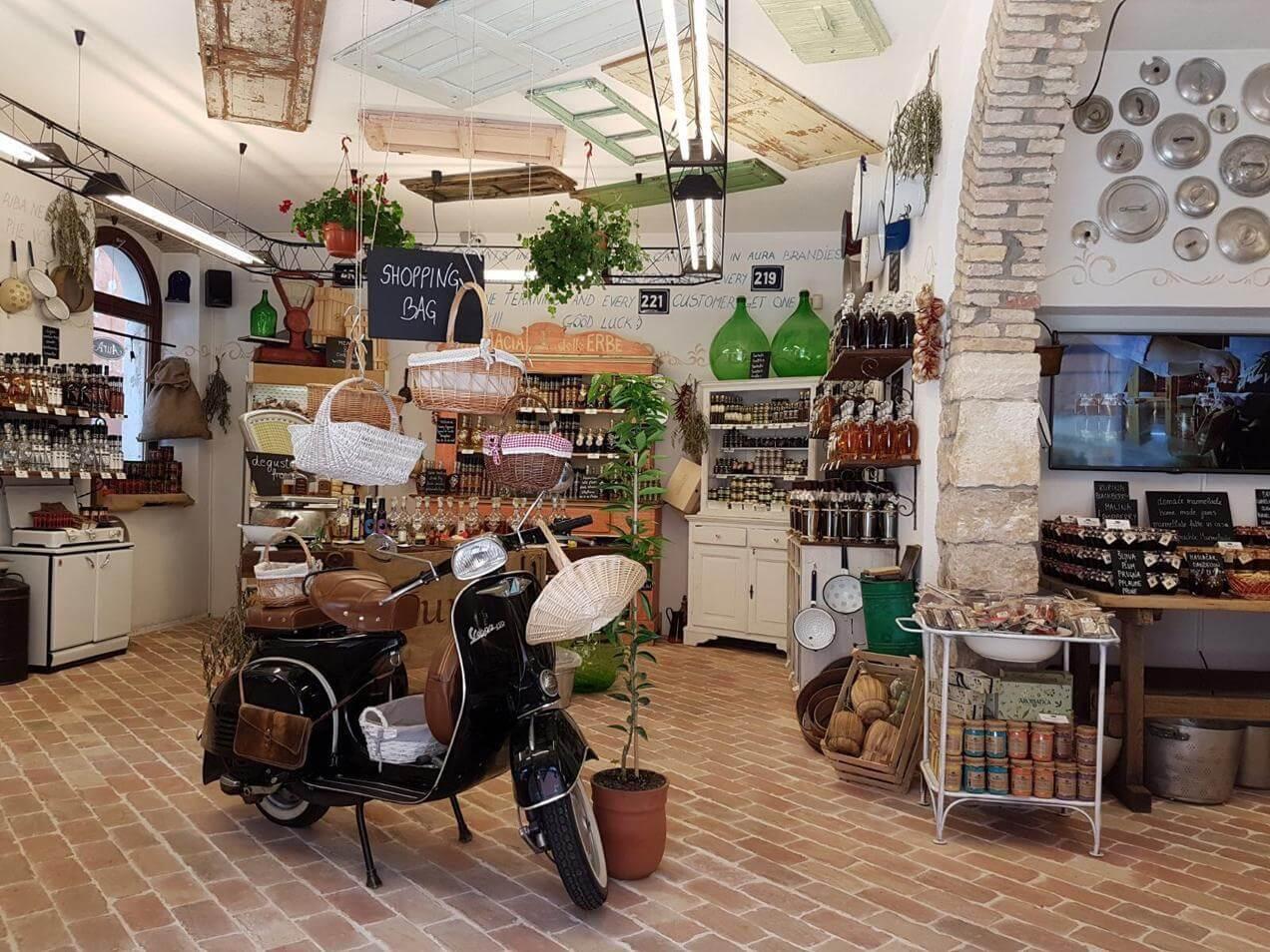 הפלגה לקרואטיה - חנות בפולה
