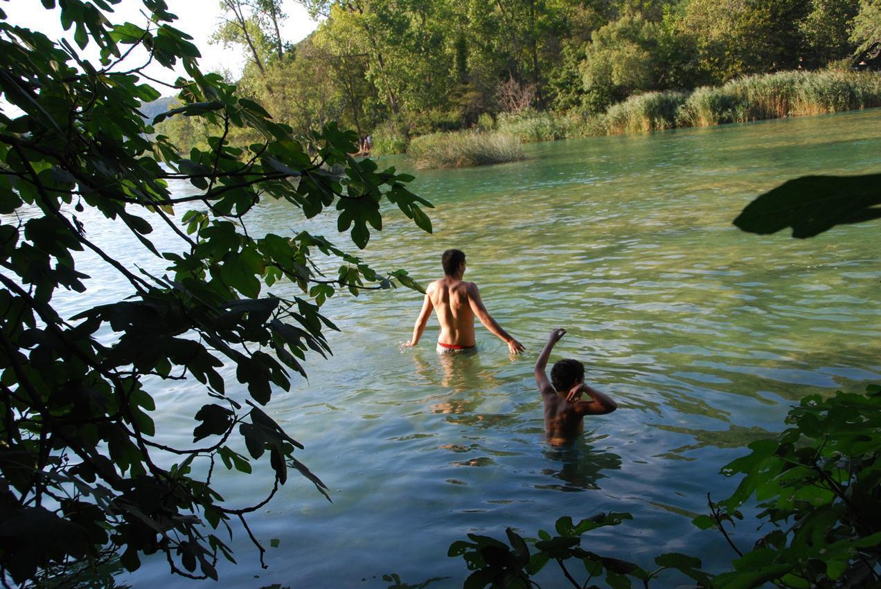 רוחצים במים של מפלי הקרקה (קרואטיה)