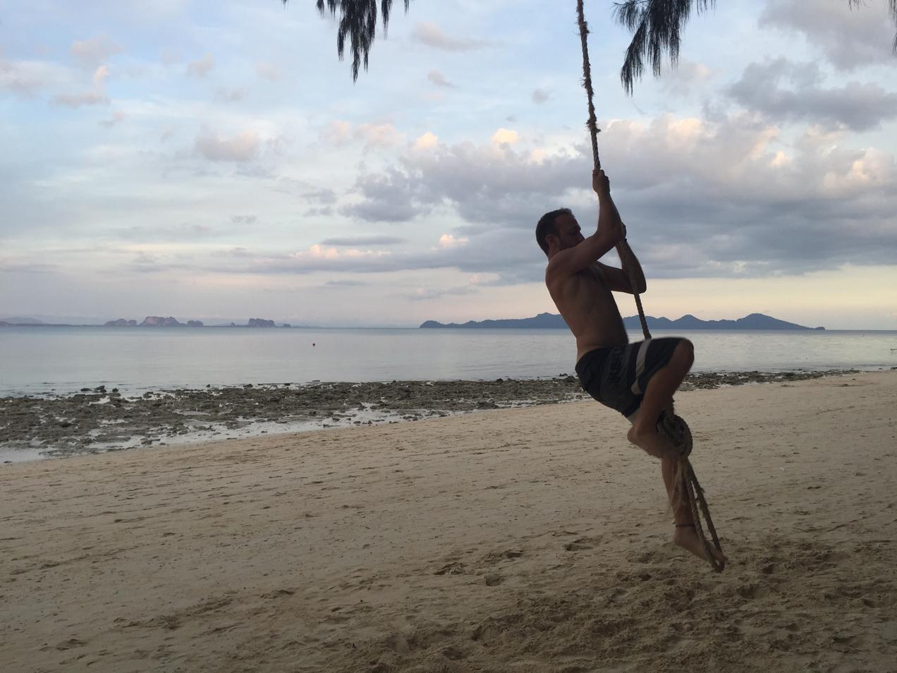 מטפס על עץ קוקוס בתאילנד