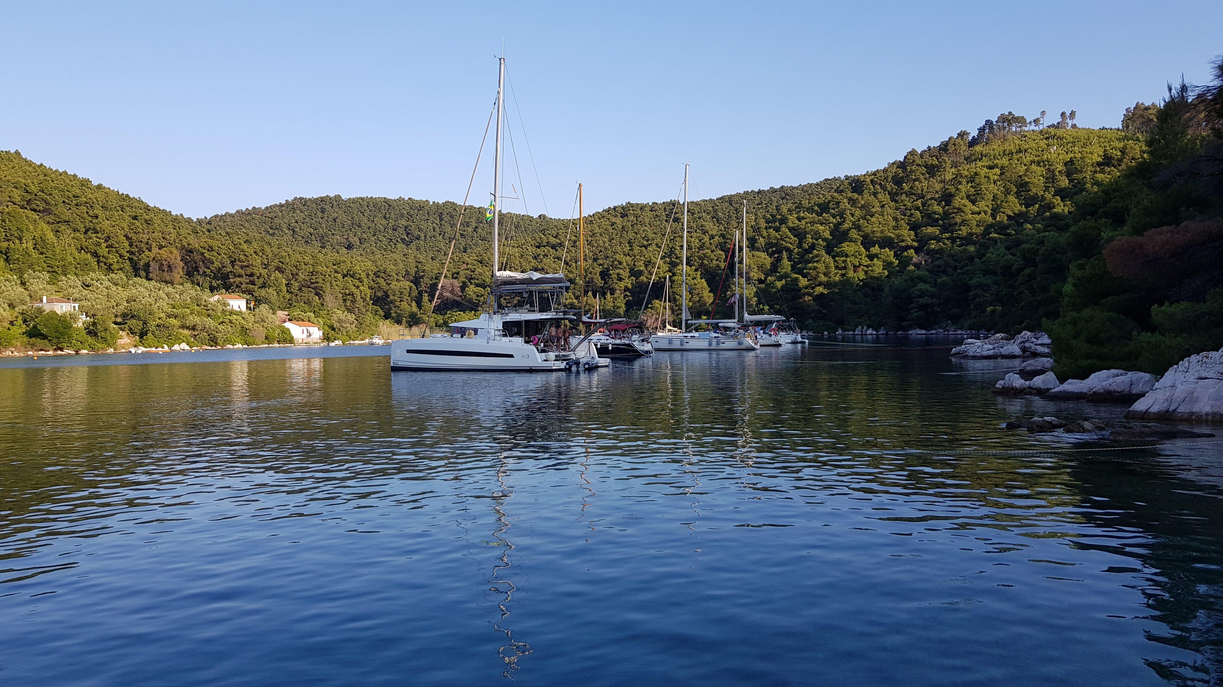 סירות על יד מפרץ