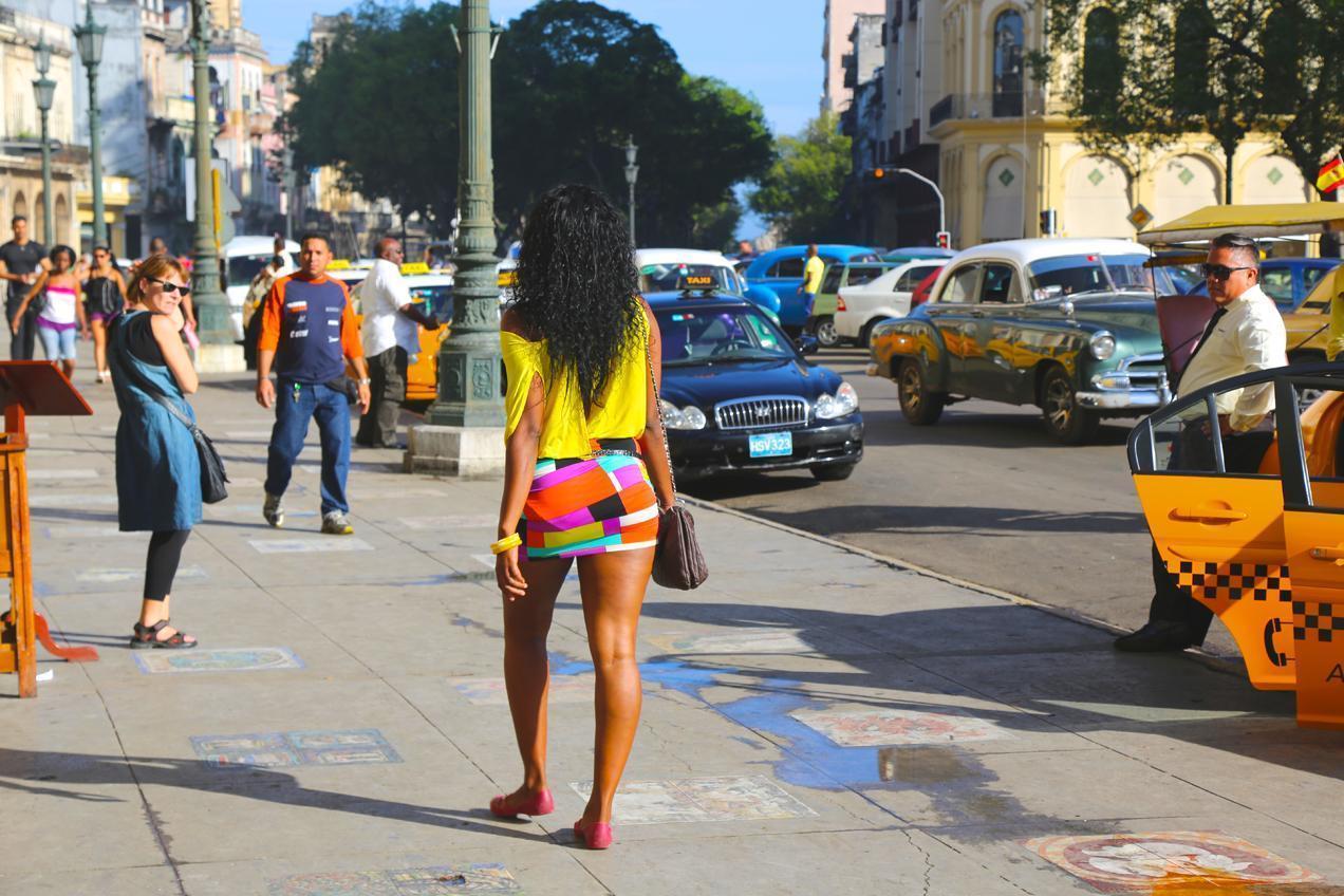 הפלה לקובה עם דרך הים - הרחוב הקובני התוסס
