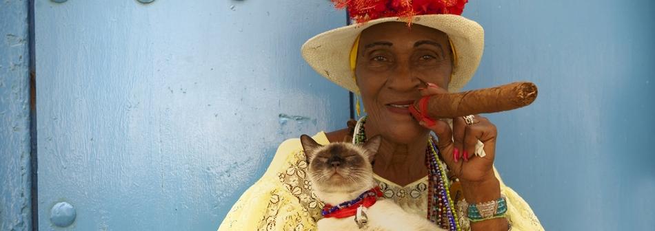 אישה מחזיקה סיגר