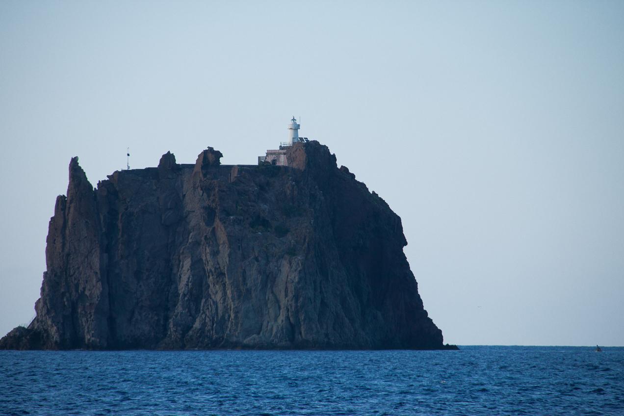 מצוקים בהפלגה לסיצילייה והאיים האיאוליים | דרך הים