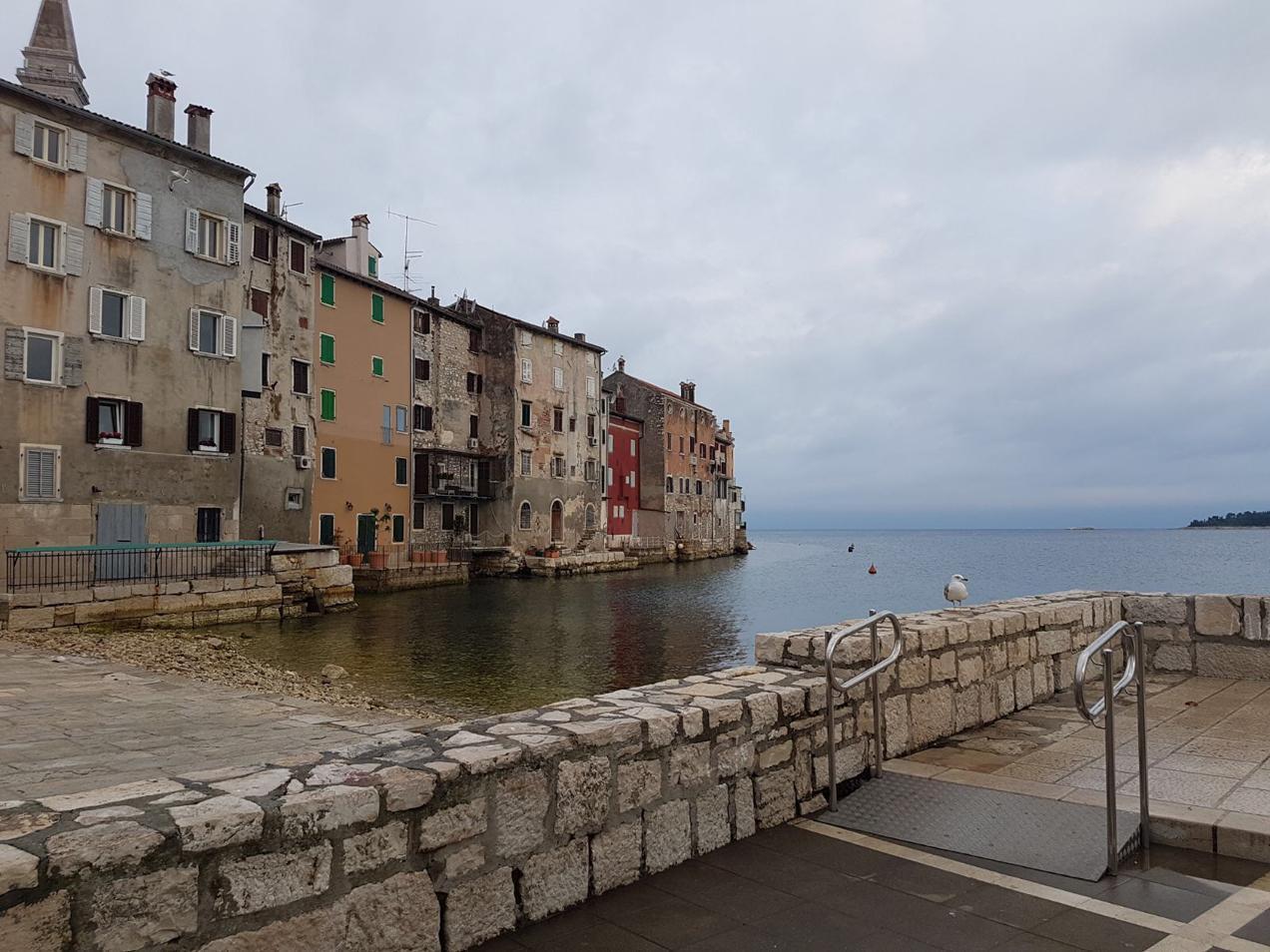 עיירה על קו המים בפלוטילת פולה בצפון קרואטיה