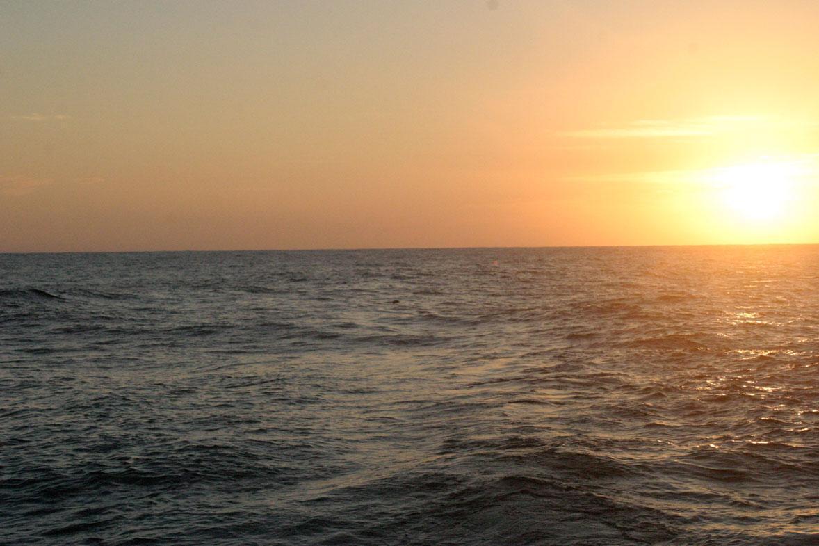 שקיעה בלב ים