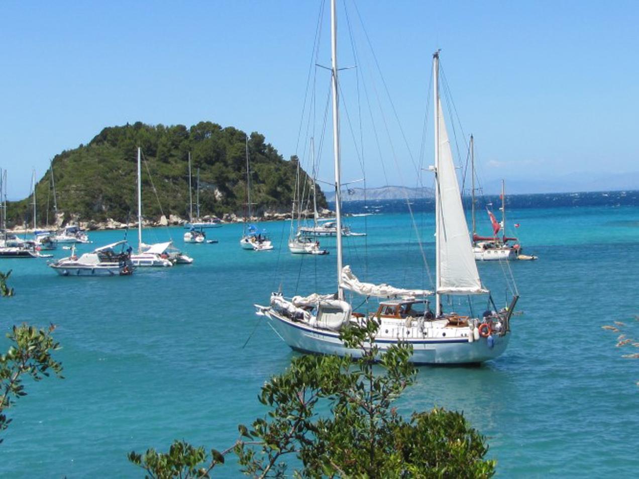 הפלגה ליוון עם דרך הים - עצירה במעגן סירות מדהים