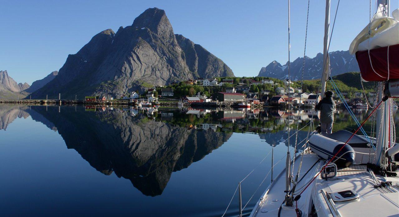 שייט בצפון נורווגיה - השתקפות של הנוף - דרך הים