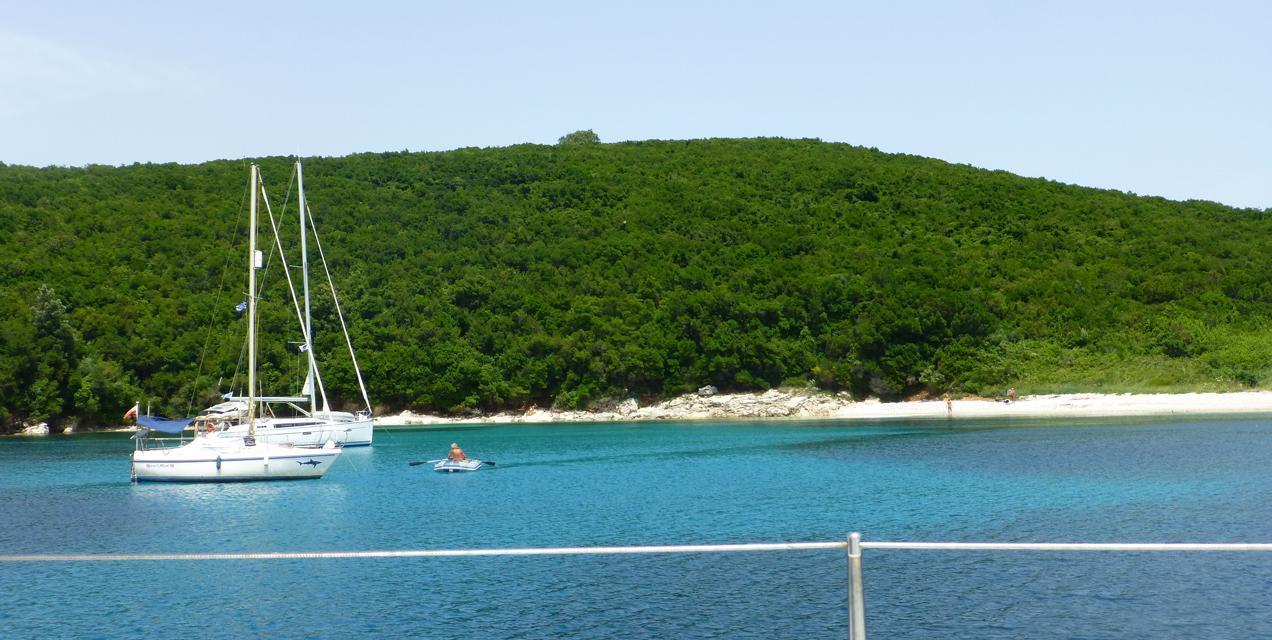 פלוטילת קיץ בקורפו | יאכטה על רקע הרים ירוקים | דרך הים