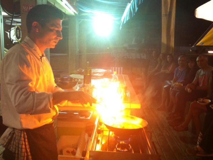 מבשלים במטבח על הסיפון
