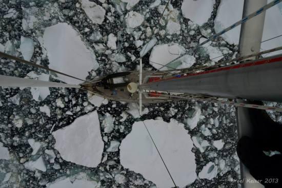 סירה בין קרחונים באנטרטיקה