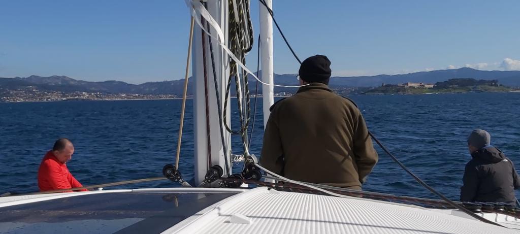 הסירה שתחצה את האוקיינוס יורדת למים
