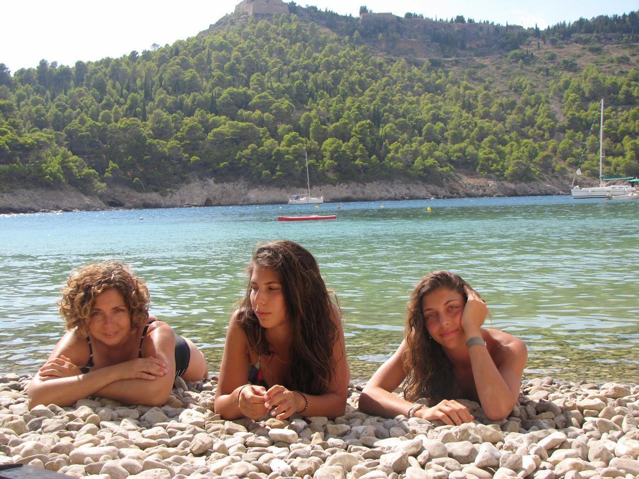 בנות בשפת הים ביוון