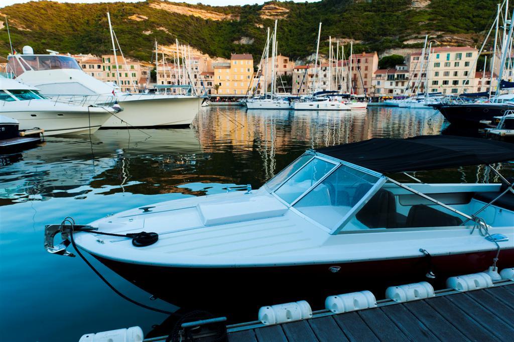 סירה עוגנת בסרדיניה