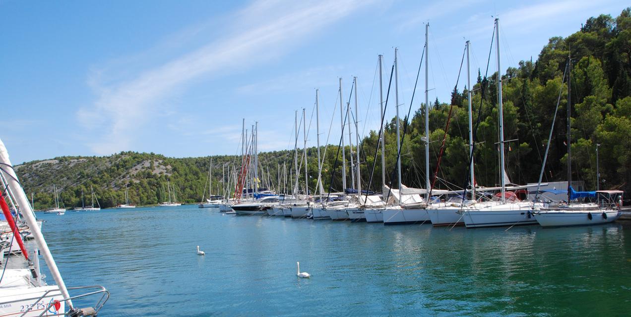 פלוטילת משפחות בים היווני - מעגן יאכטות | דרך הים
