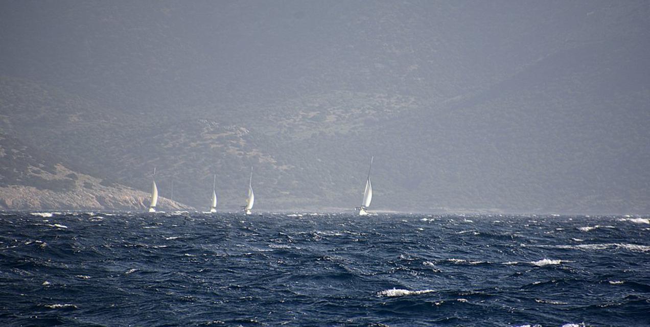 פלוטילת מתקדמים ביוון בתנאי מזג אוויר קשים | דרך הים